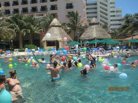 GR Solaris Cancun: Guerra de los Globos en la piscina