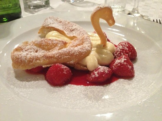 Hotel de Goudfazant: Puff cream pastry with raspberry coulis