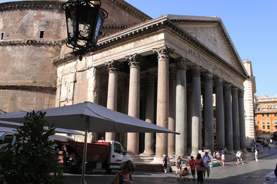 Albergo del Senato: View from front steps