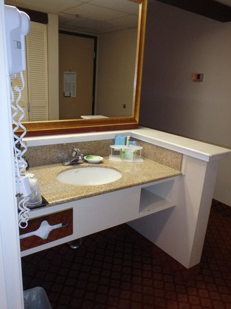 Holiday Inn Express Solvang: sink area