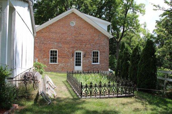 Belvedere Mansion: Side garden in back of house