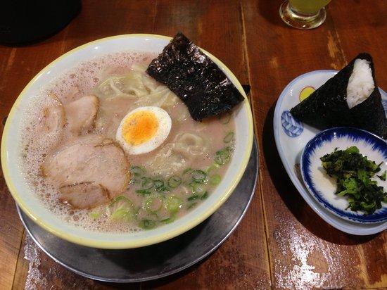 Taihoramen: ワンタン麺とおにぎり