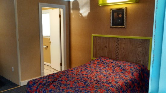 Carleton Circle Motel: 2end double bed
