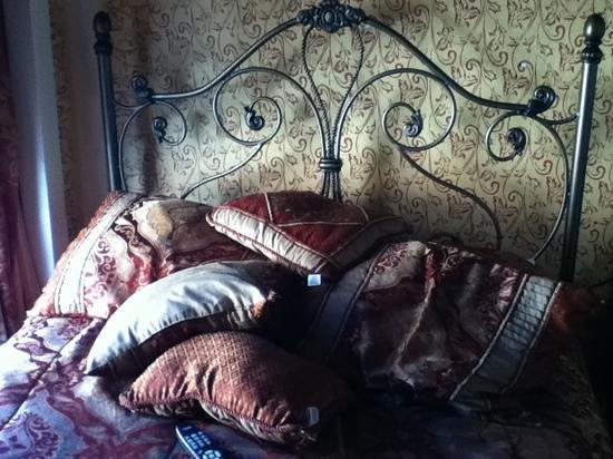 Nob Hill Hotel: comfy bed