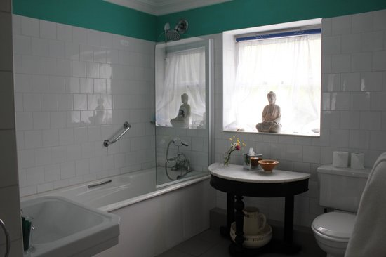 The Quay House: The bathroom