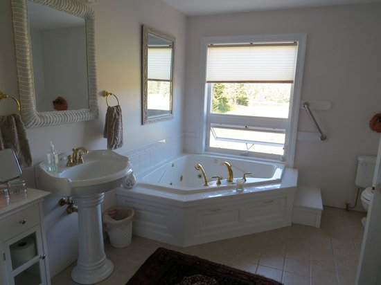 Whiting Bay Bed and Breakfast: The Master Bedroom Bath