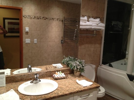 Sunshine Coast Resort Hotel & Marina : Luxury Bathroom