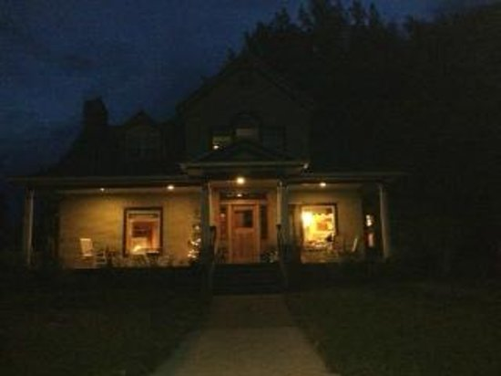 Residence Hill Bed & Breakfast : Porch lit up at night