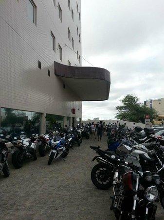 Ibis Petrolina: Entrada do hotel tomada por motos para o MotoChico.