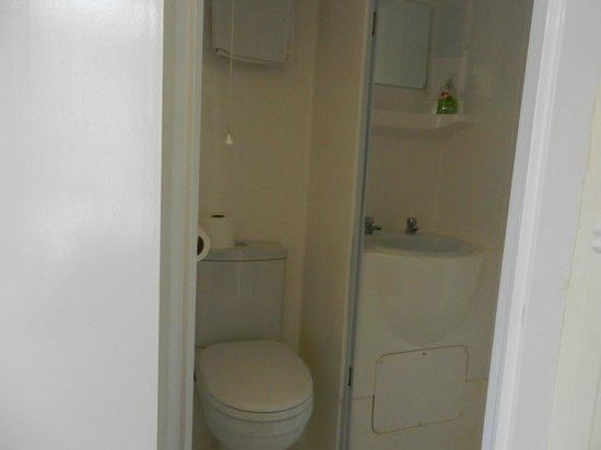 Lynton Hotel London : Cute Bathroom