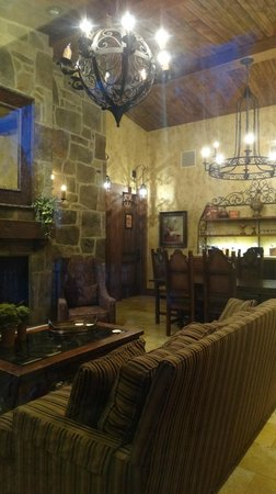 The Villas at Gervasi Vineyard: Common area at night