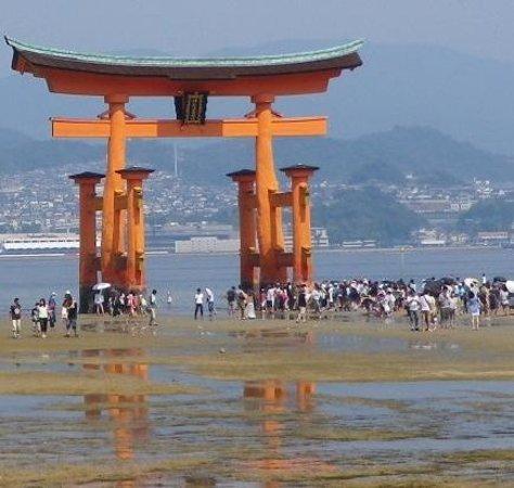 Miyajima: 引き潮時 鳥居まで歩いてます。