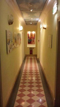 Hotel Emona Aquaeductus: Hallway outside our room