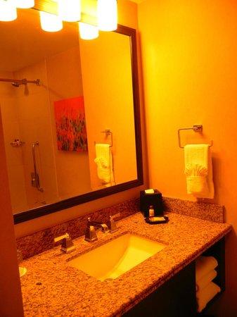 Sheraton Albuquerque Uptown: Bathroom sink area