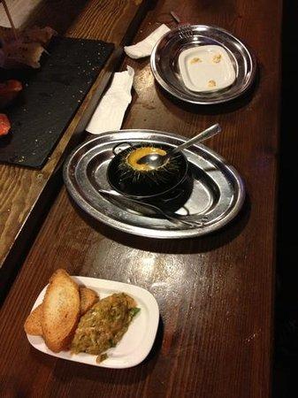 El Galeo: tapa de erizo y tartar de salmon