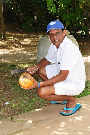 Reef Villa & Spa: Nihal showing us how to open coconut :)