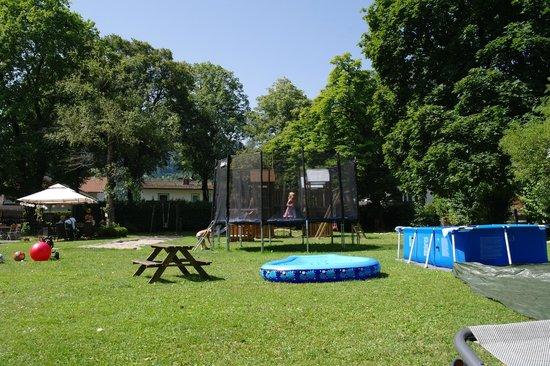 Leiners Familienhotel : Der große Garten mit Spielgerät