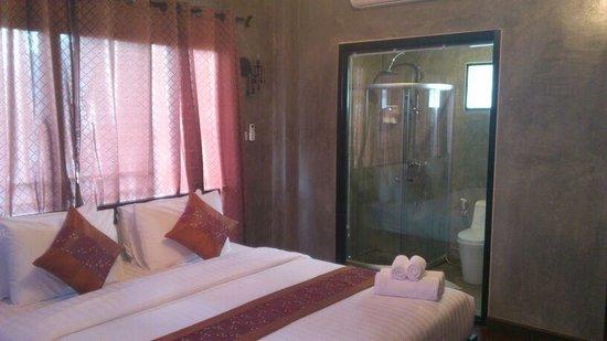G2 Boutique Hotel: Habitación y baño