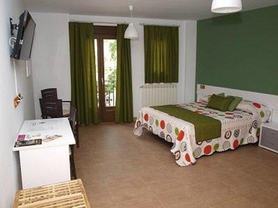 Hostal La Ribera del Jucar: Habitación doble cama grande con vistas a la hoz del Júcar