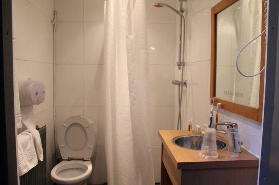Aalborg Hotel Amsterdam: Il minuscolo bagno