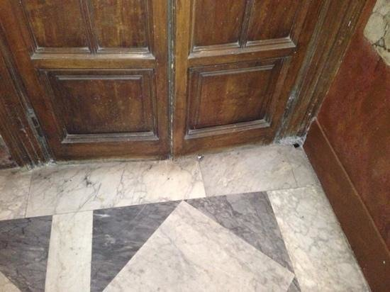 The View At The Spanish Steps - Small Luxury Hotel: very dirty entrance!!