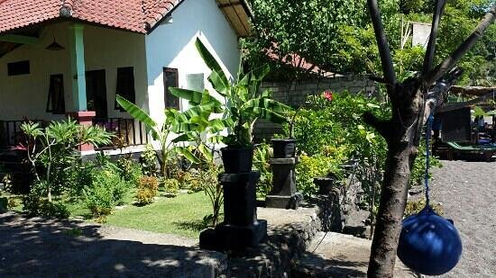 Beten Enjung Home Stay: literally 10 steps to the beach