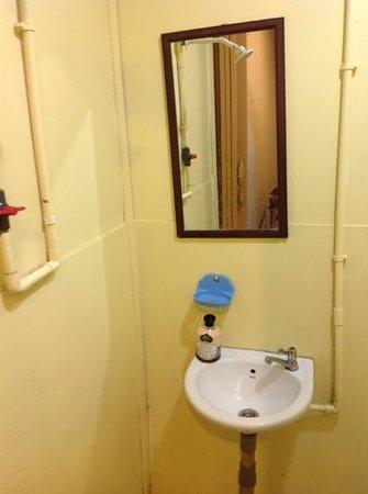 Perhentian Tropicana Inn: lavabo e doccia