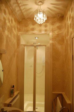 Arden House: stylish bathroom