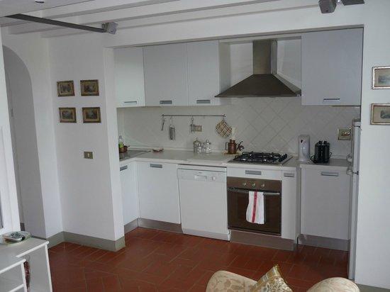 Tenuta Torre Rossa Farm & Apartments: The kitchen, well equiped.