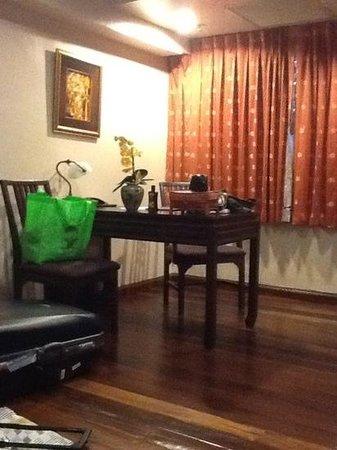 derriere le rideau le mur picture of the siam heritage. Black Bedroom Furniture Sets. Home Design Ideas