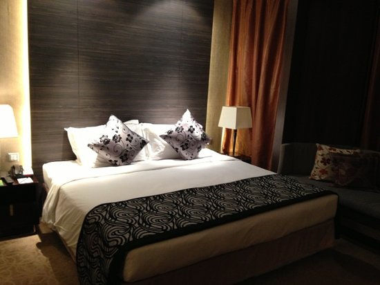 Peninsula Excelsior Hotel: The bed