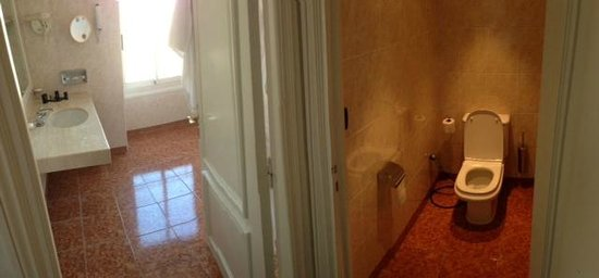 Hotel Barriere Le Majestic Cannes: Use toilet, open two doorknobs, wash hands