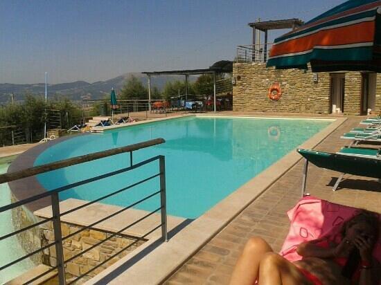 Il Castellaccio: zona piscina con panorama