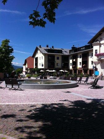 Ariston Dolomiti Residence: Ariston dalla piazza.