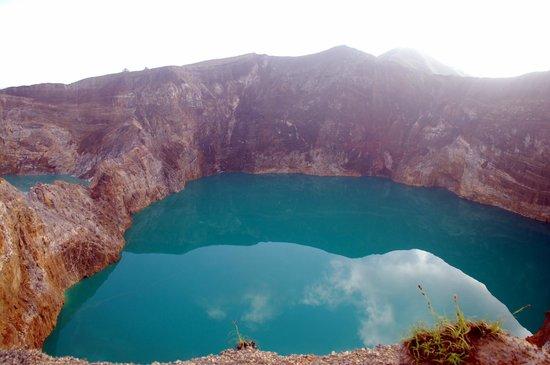 Mount Kelimutu: Turquoise greenish lake