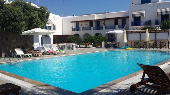 Polos Hotel: Détour à la piscine après le petit déj