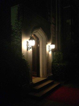 Bund Garden Hotel: Eingang in der Nacht - magisch schön