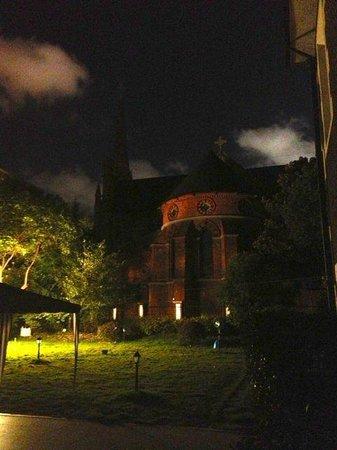 Bund Garden Hotel : Blick auf die Kirche vom Garten in der Nacht