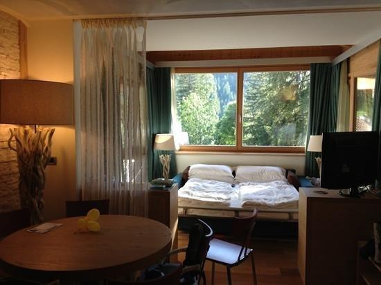 Color Home Suite Apartments: sala con vetrate e divano letto