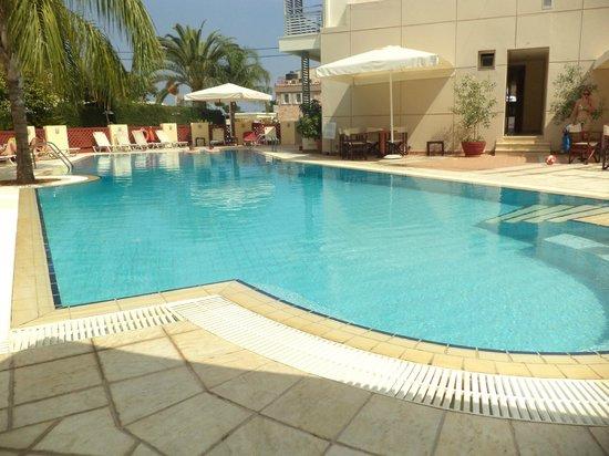 Flisvos Royal Hotel: χώρος πισίνας