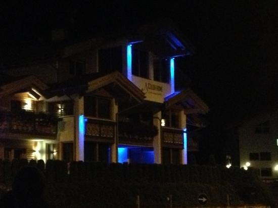 Color Home Suite Apartments: vista di sera