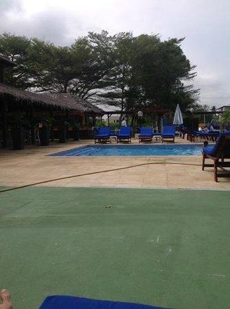 Piscine et snack photo de beach club libreville for Piscine club piscine