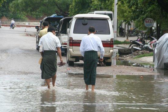 Straten Mandalay na een stevige regenbui, naast Smart Hotel
