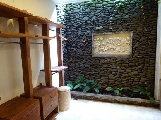 Sri Ratih Cottages: Walk in Robe, part of the indoor/outdoor bathroom