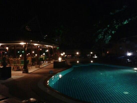 Chalala Samui Resort: pool at night