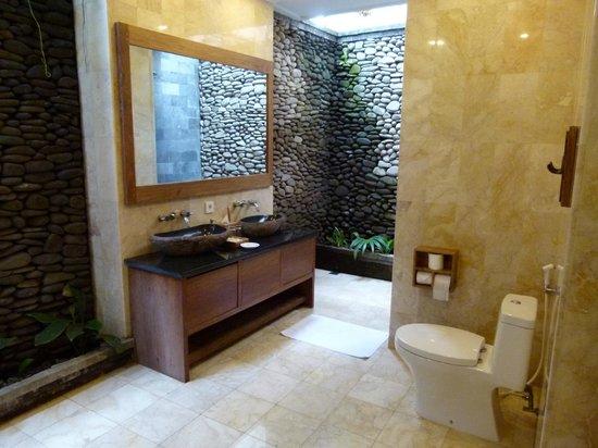 Sri Ratih Cottages: Beautiful big indoor/outdoor bathroom
