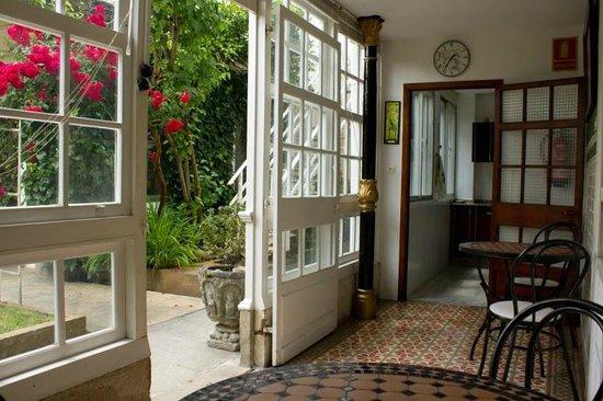 Albergue Don Alvaro: galería que da acceso al jardín y salones