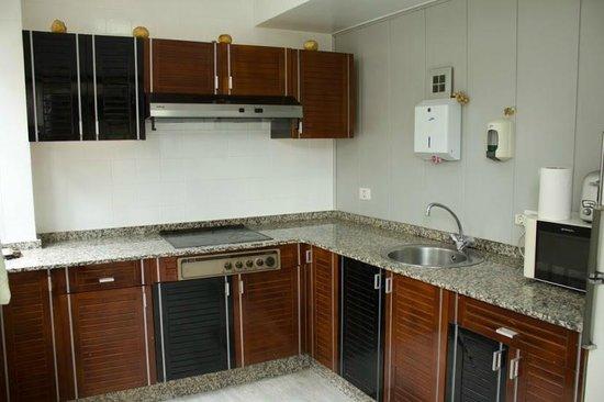 Albergue Don Alvaro: cocina con frigorífico, microonda, tostador y útiles de cocina