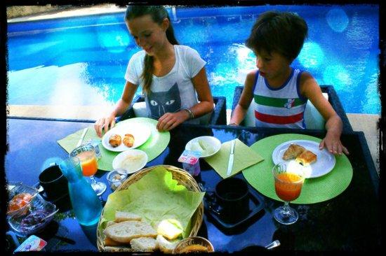 Le Rouge Gorge : Ontbijt aan het zwembad