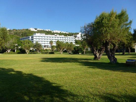 Grecotel Rhodos Royal: Parc de l'hôtel contigu à la plage